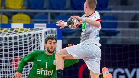 Timo Kastening (hier beim Sprungwurf) und die deutschen Handballer stehen bei der Weltmeisterschaft vor einer ganz wichtigen Partie. Das umstrittene Turnier ist auch ein Thema bei den heimischen Handballern.