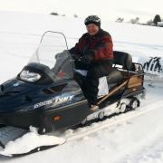 Seit 15 Jahren sorgt Hans Wiedemann als Loipenspurer dafür, dass die Skilangläufer in den Fluren seines Heimatorts Winzer ihr Hobby ausüben können. Der 81-Jährige geht aber auch selbst täglich in die Spur und läuft die gesamte Strecke im klassischen Stil ab.