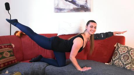 Weil im Lockdown ein Voltigieren auf dem Pferderücken nicht erlaubt ist, muss das heimische Sofa herhalten. Melanie Niggl vom Augsburger Pferdesportverein bietet trotzdem ein Online-Training an.