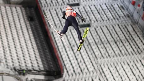 Markus Eisenbichler springt bei der Vierschanzentournee einem leeren Oberstdorfer Stadion entgegen.