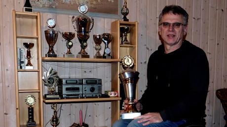 Siegerpokale hat Manfred Sing im Lauf seiner langen Sportkarriere jede Menge eingesammelt – und in seinem Haus in Zöschlingsweiler aufgestellt.
