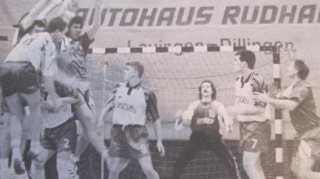 40:26 gewann die deutsche Weltmeister-Mannschaft von 1978 ein Handball-Freundschaftsspiel beim TV Lauingen. Im Bild links versucht es TVL-Spieler Rainer Gumpp (links) mit einem Sprungwurf gegen Manfred Freisler (Zweiter von links in der Abwehr). Ganz rechts der Berliner Walter Don.