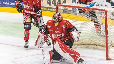 Starker Rückhalt – auch im Männer-Team des ECDC: Torhüterin Jenny Harß (Mitte) war ein starker Rückhalt beim Sieg gegen den HC Landsberg.