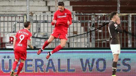 Die Bochumer Simon Zoller (l) und Robert Zulj jubeln beim FC St. Pauli.
