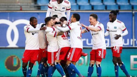 Die Spieler des Hamburger SV feiern den Heimsieg über den SC Paderborn 07.