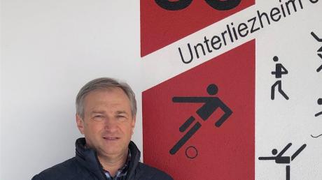 Peter Schneller vor dem Vereinswappen des SC Unterliezheim.