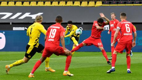 Die Mannschaft des FC Augsburg war auch in Dortmund weitgehend in der Defensive gefordert. Hier stemmen sich (von links) Felix Uduokhai, Tobias Strobl, André Hahn und Jeffrey Gouweleeuw gegen einen Torschuss von Jadon Sancho.