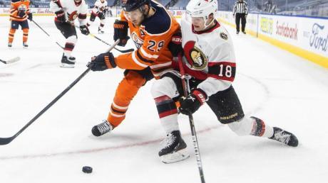 Deutsches Duell auf dem Eis: Oilers-Star Leon Draisaitl (l) von Senators-Youngster und Tim Stützle.