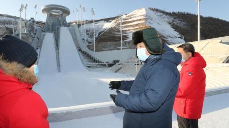Chinas Staats- und Parteichef Xi Jinping (2.v.l) glaubt fest an die Olympischen Winterspielen 2022 in Peking.