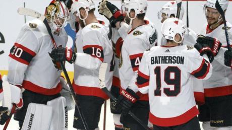 Die Spieler der Ottawa Senators feiern.