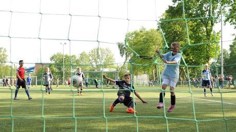 Szenen wie diese sind gerade undenkbar: Der Jugendfußball ist wegen Corona zum Erliegen gekommen.