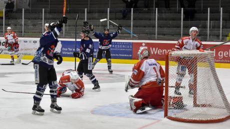 Marvin Feigl (Mitte, links Dennis Sturm, rechts Hayden Trupp) erzielt das 2:0 für den HC Landsberg gegen die Eisbären Regensburg.