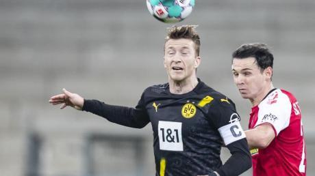 Der BVB verlor mit Kapitän Marco Reus (l) in Freiburg.