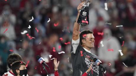 Quarterback Tom Brady von den Tampa Bay Buccaneers jubelt mit der Vince Lombardi Trophy.