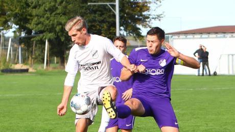 Kaum vom Ball zu trennen: Alexander Müller (links) ist für Tobias Narr der herausragende Spieler der Kreisklasse Neuburg.