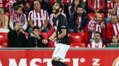 Halil Altintop bejubelt sein 1:0 beim Auswärtsspiel gegen Athletic Bilbao im ersten Gruppenspiel der Europa League 15/16. Es war das erste Tor in einem internationalen Pflichtspiel in der Vereinsgeschichte des FC Augsburg.