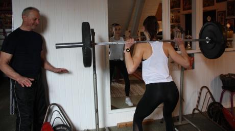 Auch eine Sprinterin braucht Krafttraining. Um dafür aber nicht nach München fahren zu müssen, hält sich die Erkheimerin Sabrina Hafner im Fitness-Dachboden von Sepp Graf in Hasberg fit.