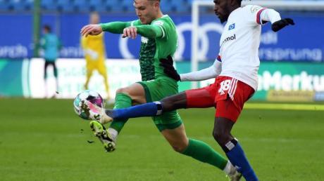 Fürths David Raum (l) und Bakery Jatta vom HSV kämpfen um den Ball.