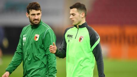 Daniel Caligiuri (links) und Laszlo Benes führen die meisten Standardsituationen beim FC Augsburg aus. Richtig viel kommt dabei aber nicht rum.