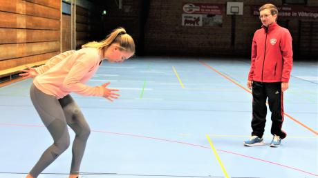 Svenja Pfetsch und ihr Trainer Eugen Buchmüller beim Training in der Halle. Die Sprinterin des SC Vöhringen bereitet sich aktuell auf de U23-Meisterschaften in Koblenz vor. Eine Verletzung aus dem vergangenen Jahr hat sie mittlerweile gut überstanden.