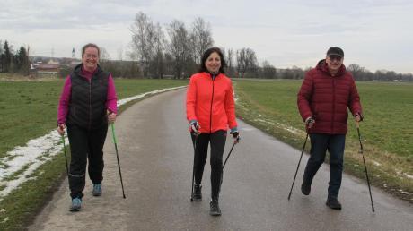 Sichtlich Spaß haben bei der Zusamtal-Runde Simone Almer, Kathrin Kraus (beide Zusamaltheim) und Villenbachs Altbürgermeister Otmar Ohnheiser (von links).