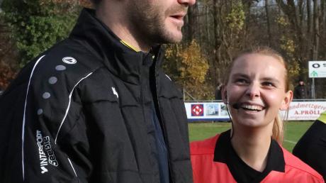 Gersthofens Trainer Florian Fischer vermisst den Fußball, seine Spieler und selbst die Schiedsrichter/-innen, hier Paulina Koch.
