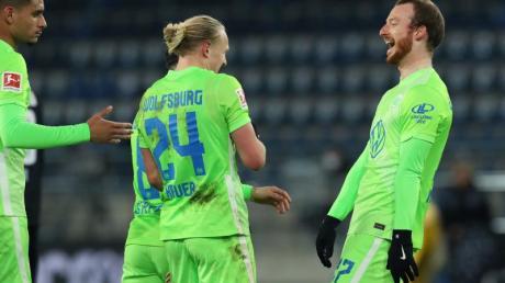 Der Wolfsburger Maximilian Arnold (r) bejubelt seinen Treffer zum 3:0 in Bielefeld.