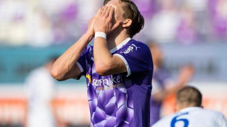 Osnabrücks Sebastian Müller schlägt die Hände vor sein Gesicht.