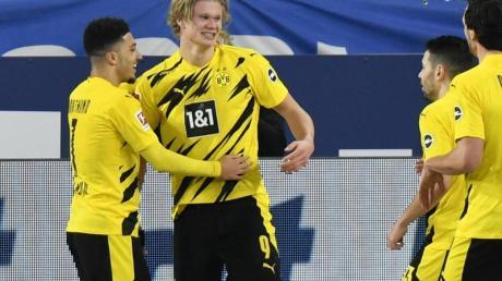 Dortmunds Erling Haaland (2.v.l.) jubelt nach seinem Tor zum 2:0 mit Jadon Sancho (l), der kurz zuvor das Führungstor erzielt hatte.