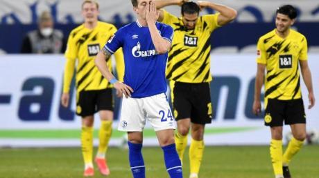 Der Schalker Bastian Oczipka (v.) ist nach einem Gegentreffer im Derby bedient.