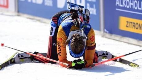 Franziska Preuß sinkt im Ziel auf die Knie: Sie belegte den sechsten Platz beim Massenstart. Alle Ergebnisse, Resultate und den Medaillenspiegel der Biathlon-WM 2020/21 in Pokljuka finden Sie hier.