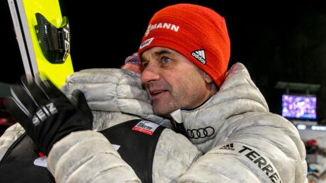 """""""Wir erarbeiten uns gemeinsam eine Vision, wie man Skispringen soll"""": Bundestrainer Stefan Horngacher umarmt Karl Geiger nach einem Wettkampf (vor den Corona-Beschränkungen)."""