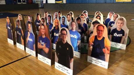 Als Zuschauer sind Mitglieder des TV Augsburg beim Basketball in Bremerhaven dabei – wenn auch nur aus Pappe.