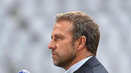 Münchens Trainer Hansi Flick stellt sich vor dem Spiel beim Interview den Fragen der Journalisten.
