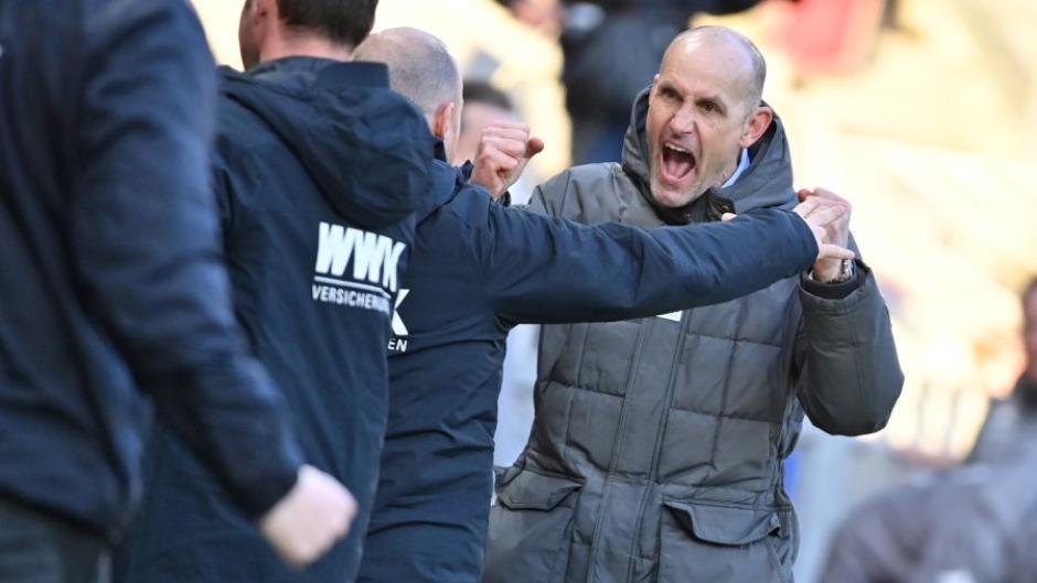 Nach dem Sieg in Mainz war die Freude beim FCA und Trainer Heiko Herrlich groß. Ein Bild ruft nun die Ermittlungen des DFB auf den Plan.