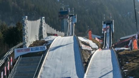 Die Tage der Normalschanze (rechts) bei der WM in Oberstdorf sind vorbei. Ab Mittwoch geht es mit dem Einzelwettbewerb der Frauen auf die Großschanze.