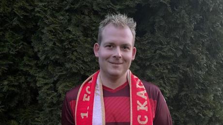"""Stolz hält der Ziertheimer Markus Huber das Maskottchen des 1. FC Kaiserslautern, den """"Roten Teufel"""" in der Hand."""