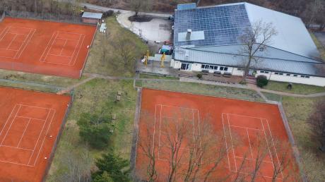 Unbespielt bleiben vorerst die Außenplätze auf der Tennis-Anlage im Günzburger Auwald. Zwar dürfen die Bälle ab dem 8. März 2021 wieder fliegen, doch vor dem ersten Aufschlag müssen die Spielfelder dringend instandgesetzt werden. In die Halle dürfen die Breitensportler frühestens am 22. März.