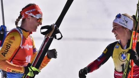 Denise Herrmann (l) gratuliert Tiril Eckhoff zum Sieg.