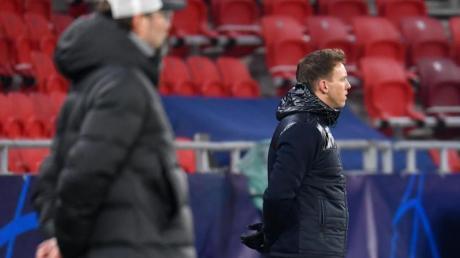 Liverpools Trainer Jürgen Klopp und Leipzigs Trainer Julian Nagelsmann (r) stehen am Spielfeldrand.