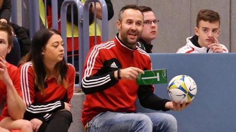 Wertingens Trainer Christoph Kehrle vermisst nicht nur den Fußball, sondern auch die persönlichen Gespräche wie zum Beispiel mit Betreuerin Melanie Schmidt (links).
