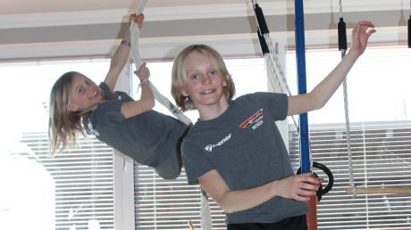 Training zuhause: Moses Fischer und seine Schwester Zoe haben einen eigenen Turnraum, in dem es von der Slackline bis zum Klettertau alles gibt.