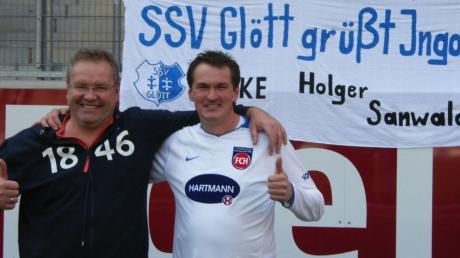 Heidenheim-Fan Hermann Allmis aus Holzheim (rechts) gemeinsam mit dem Vorstandsvorsitzenden der Kicker von der Ostalb, Holger Sanwald, bei einem Spiel, als der Dillinger Ingo Feistle noch für den FCH spielte.