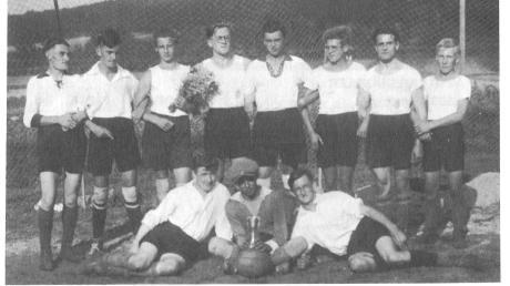 Eine der ersten vorhandenen Aufnahmen der Wemdinger Fußballgeschichte: Das Bild zeigt die Aktiven der Jahre 1928 und 1929. Zu den Auswärtsspielen ging es damals zu Fuß oder per Fahrrad.