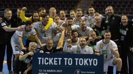 Die deutschen Handballer bejubeln die erfolgreiche Olympia-Qualifikation.