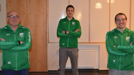 Die SVA-Fußballchefs Benno Sailer (links) und Stefan Uhl (rechts) freuen sich über ihren neuen Trainer Markus Kapfer (Mitte).