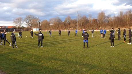 Trainingsauftakt am vergangenen Freitag: Ohne Körperkontakt darf der bayerische Fußballregionalligist FV Illertissen wieder dem Training nachgehen – in Gruppen von je zehn Sportlern.