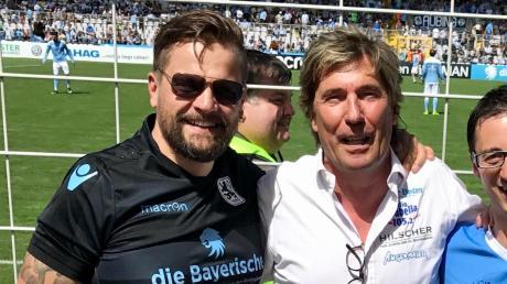 1860-Fan Michael Kratzer (links) aus Wortelstetten gemeinsam mit dem langjährigen Stadionsprecher Stefan Schneider der Löwen im Grünwalder-Stadion in München.