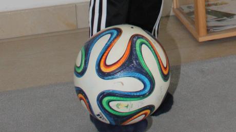 Ballübungen I: Fußballschuhe sind im Wohnzimmer natürlich nicht angesagt, aber auch in Strümpfen macht das Jonglieren des Balles Spaß und fördert die Geschicklichkeit.