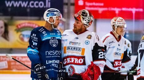 """""""Wir sind im Viertelfinale."""" – """"Wir auch."""" So könnte der Dialog zwischen Lindaus Mark Heatley (links) und Memmingens Goalie Jochen Vollmer lauten. Beide Mannschaften kamen kurioserweise weiter."""